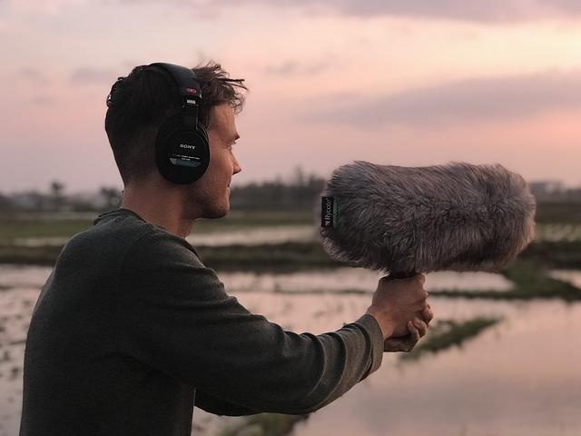 un homme enregistre les sons de la nature